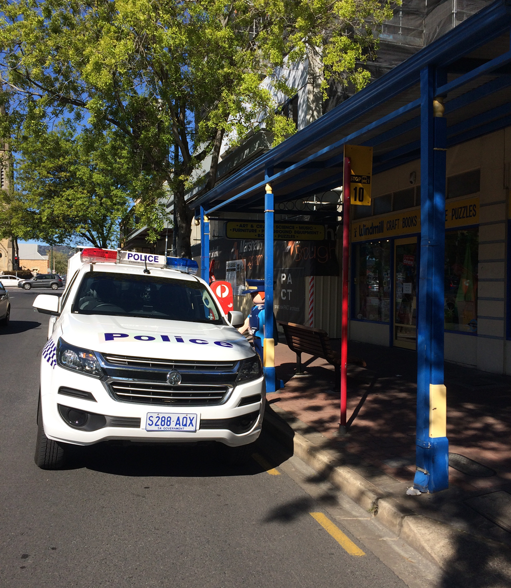 police-sapol-vehicle-illegally-parked-in-bus-stop-22-sept-2018